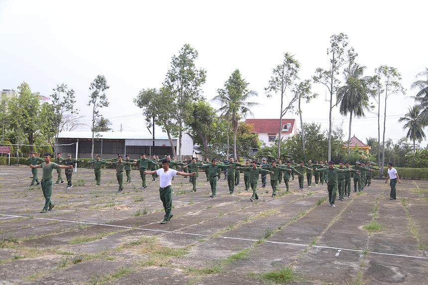 Một trong những hoạt động đầu tiên khi bước vào môi trường quân ngũ là làm quen với hai bài thể dục buổi sáng. Trung tá Lâm Hoàng Khang - Cán bộ trường Quân sự tỉnh cho biết đây là những bài tập cơ bản của người lính.