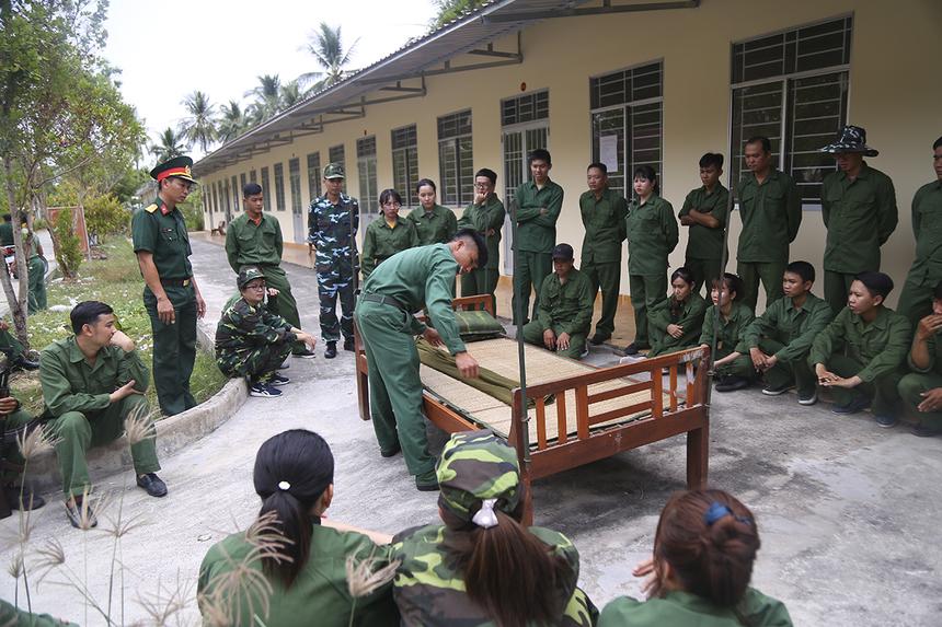 Các cán bộ giảng dạy của trường quân sự tỉnh Cà Mau lần lượt hướng dẫn người nhà Cáo thực hiện những hoạt động cơ bản hằng ngày của người chiến sĩ như: xếp nội vụ, dọn dẹp nơi ở, cách treo móc quần áo, quân trang,...