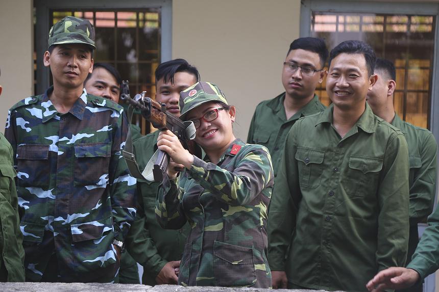Một trong những bước quan trọng của người chiến sĩ nhập ngũ là tiến hành làm quen với vũ khí quân trang quân dụng. Chị Phan Thị Thanh Thu - Giám đốc FPT Telecom chi nhánh Cà Mau tập tháo lắp và ngắm bắn bằng súng tiểu liên AK. Đây là nội dung cơ bản trong chương trình quân sự học đường.