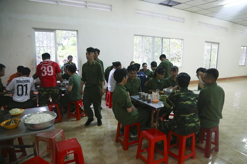 Bữa cơm chiến sĩ đạm bạc với cơm trắng, canh rau và món cá đều do nhà trường tự nuôi trồng giúp CBNV FPT Telecom Cà Mau cảm nhận được cuộc sống của người chiến sĩ.