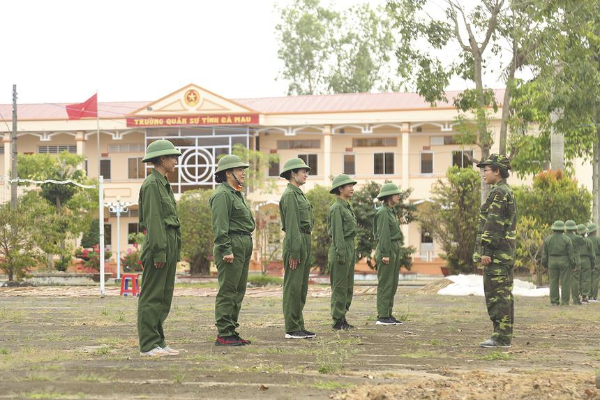 Sáng ngày 12/1, các chiến sĩ được chia thành 8 tiểu đội để tập luyện các động tác đội hình đội ngũ như: điểm số, đi đều, xếp hàng,...