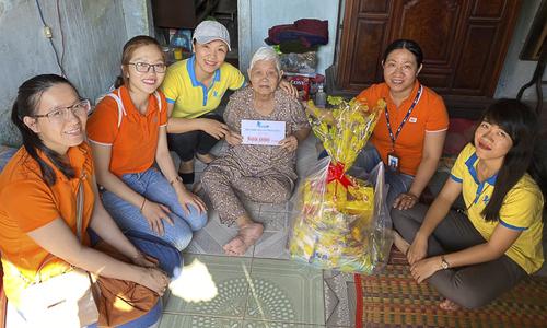'Cáo' Bình Thuận trao Tết yêu thương cho người già neo đơn