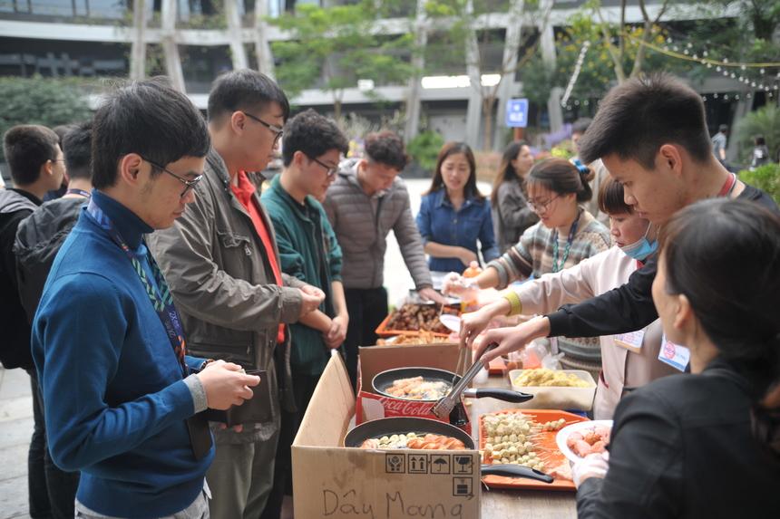 Các gian hàng luôn thu hút được mọi người đến. Tầm giờ trưa, xong giờ làm việc các lập trình viên xuống mua đồ ăn trưa luôn.