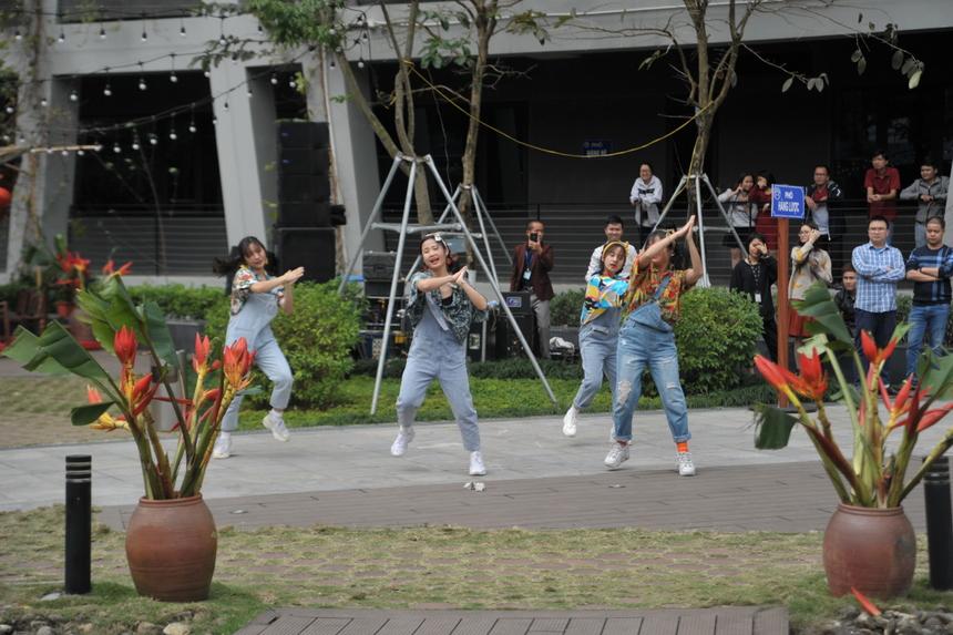 Nhóm nhảy F-Ville Dancer Club mang đến tiết mục nhảy rộn ràng, sôi động mang đậm không khí ngày Xuân, ngày Tết.