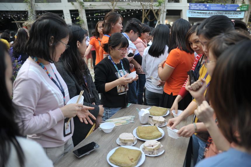 Đến buổi chiều, 15h30 mọi người cùng thưởng thức bánh chưng và giò. Bánh chưng gói được mọi người gói từ chiều hôm trước và cùng quây quần để ăn cỗ Tất niên.