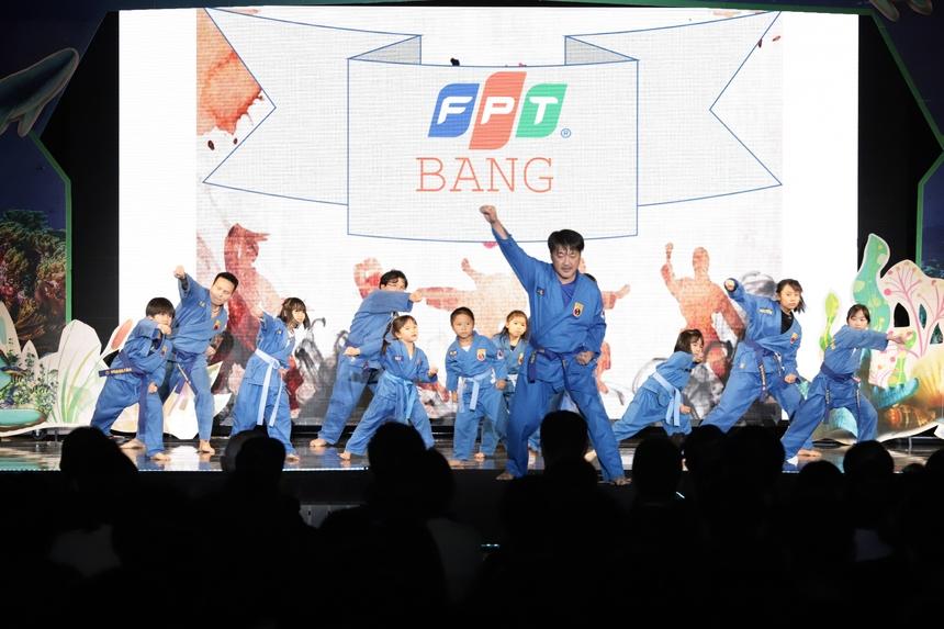 Lễ tổng kết hoạt động kinh doanh của FPT Japan bắt đầu từ 15h (13h Việt Nam) ngày 11/1 tại Tokyo. Mở đầu chương trình, tiết mục múa võ Vovinam do FPT Small biểu diễn khiến nhiều người bất ngờ. Các học viên thuộc độ tuổi từ 4 tuổi rưỡi đến 10 tuổi.