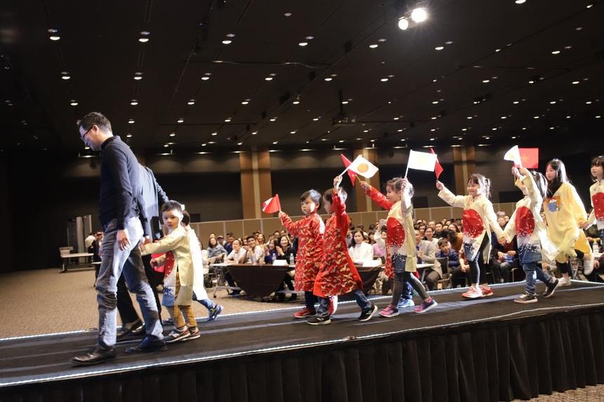 COO FPT Software Trần Đăng Hòa và CEO FPT Japan Nguyễn Việt Vương nắm tay các em nhỏ bước lên lễ đài bắt đầu phần kick-off chuỗi sự kiện 15 năm FPT Japan. BTC đã công bố logo 15 năm FPT Japan. Logo được kết hợp từ ý tưởng số năm thành lập của FPT Japan và mối quan hệ song hành giữa công ty với khách hàng, công ty với CBNV. Qua đó thể hiện tinh thần cùng phát triển cùng chiến thắng.