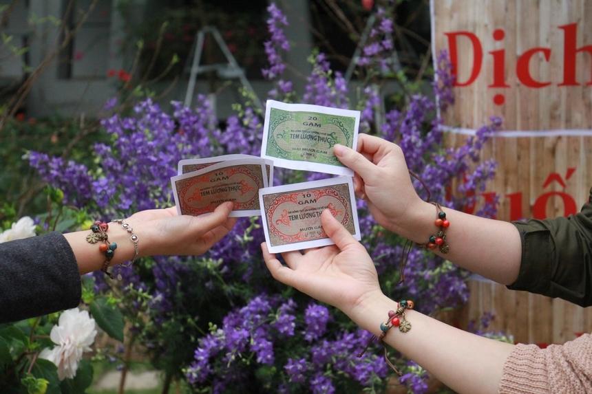 Các tem phiếu tái hiện thời bao cấp. Theo ban tổ chức, để đổi lấy tem phiếu thì mỗi CBNV sẽ đổi từ tiền mặt để lấy tem để mua hàng, nhu yếu phẩm và tem chỉ có tác dụng trong một ngày.