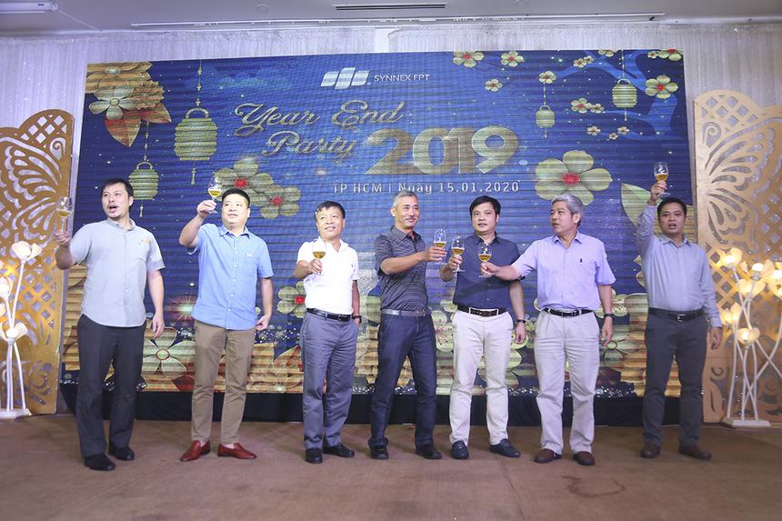 Anh Nguyễn Văn Khoa - CEO FPT, anh Nguyễn Tuấn Hùng - Giám đốc FPT HCM cùng ban lãnh đạo Synnex FPT đã cùng nhau nâng cốc chúc mừng toàn thể thành viên nhà Phân phối đã vượt qua năm 2019 đầy khó khăn và đón chào năm 2020 với những thử thách mới.
