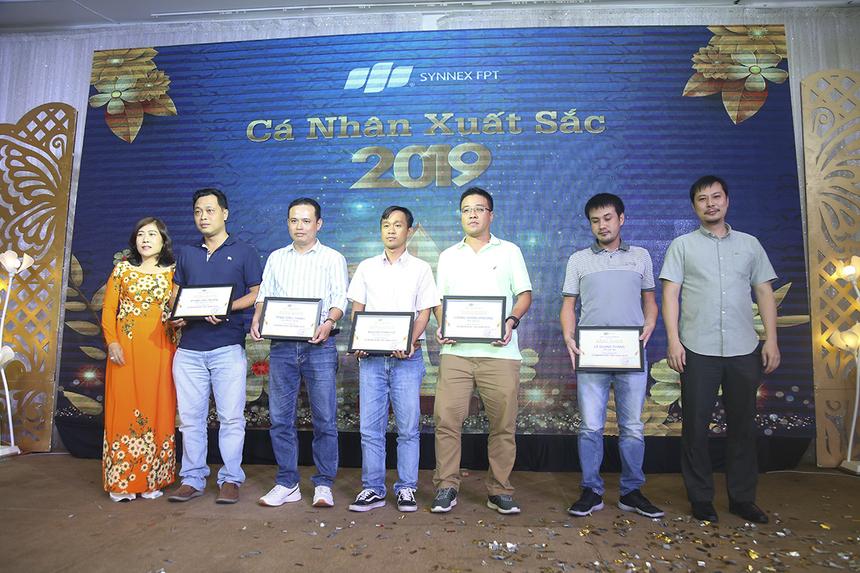"""Chị Nguyễn Thị Thanh Lê - Giám đốc Synnex FPT HCM đã trao giấy khen cho những CBNV đạt danh hiệu """"Cá nhân xuất sắc"""" năm 2019."""