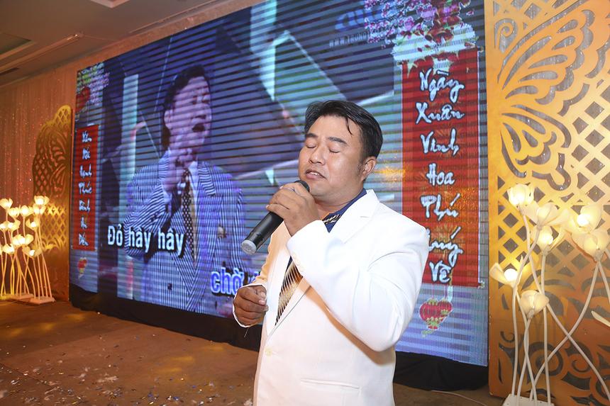 """Đội 5 (FSC) mang lại nét buồn cho những người con xa xứ bằng giọng ca truyền cảm khi tái hiện hình ảnh nam ca sĩ Duy Khánh trong nhạc phẩm """"Xuân này con không về""""."""
