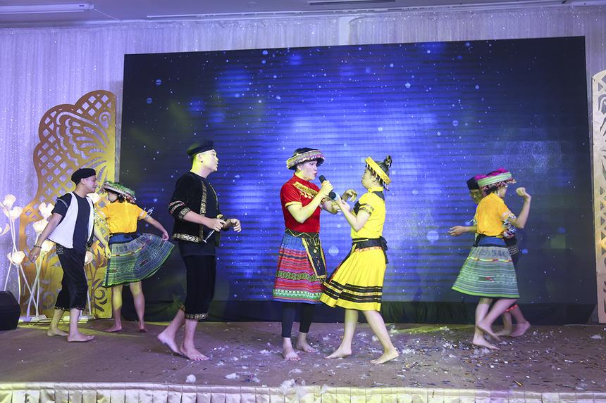 """Tiểu phẩm """"Để Mị nói cho mà nghe"""" (phiên bản Parody) được liên quân SPG và FSS tái hiện trên sân khấu khi hóa thân thành các nghệ sĩ Chí Tài - Hồng Vân - Hồng Đào. Màn trình diễn hài hước cùng tạo hình ngộ nghĩnh đã tạo ra tiếng cười cho cả hội trường."""