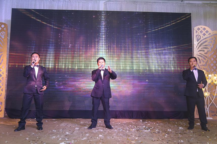 """Liên quân CMG và FWD khiến không khí sân khấu trở nên hùng hồn với ca khúc cách mạng """"Đất nước trọn niềm vui"""", tái hiện lại hình ảnh của tam ca Đăng Dương - Trọng Tấn - Việt Hoàn."""