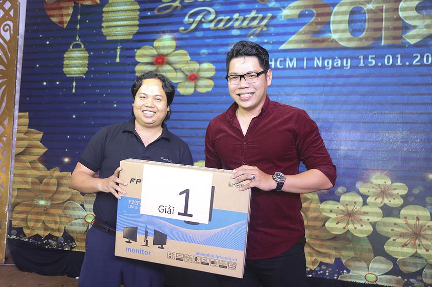 Anh Nguyễn Trung Kiên trở thành người may mắn nhất trong buổi tiệc khi giành giải Nhất ở phần Quay số trúng thưởng với một chiếc màn hình vi tính mang thương hiệu FPT Elead.