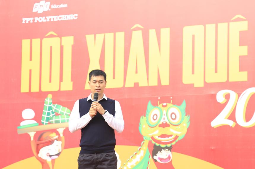 Giám đốc FPT Polytechnic Vũ Chí Thành khai màn chương trình. Anh gửi lời chúc tới toàn thể cán bộ, giảng viên, sinh viên Cao đẳng FPT và hy vọng hội xuân sẽ diễn ra thành công, tốt đẹp.