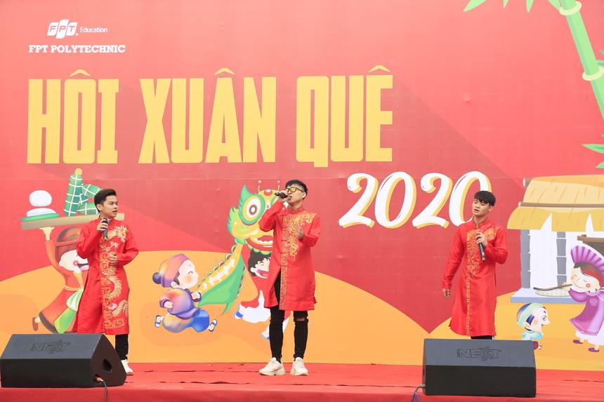 Ba anh chàng điển trai của CLB âm nhạc F-Sol mang sắc đỏ rực rỡ cùng tiết mục tươi trẻ đầy không khí xuân đến ngày hội.