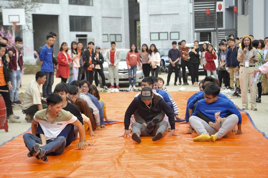 Các trò chơi tập thể như kéo co, đua thuyền trên cạn, bóng sọt nữ cũng có rất đông sinh viên đăng ký tham gia.