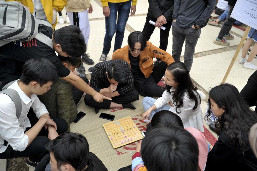 Khu vực cờ tướng thu hút đông đảo sinh viên đến thử thách với những thế cờ khó.
