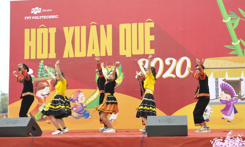 """Các sinh viên hệ Phổ thông Cao đẳng gây ấn tượng khi mang tới những bước nhảy vô cùng chuyên nghiệp trên nền nhạc bản hit """"Duyên âm"""" của ca sĩ Hoàng Thùy Linh."""