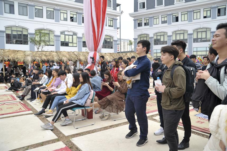 Rất đông cán bộ, giảng viên, sinh viên FPT Polytechnic đã có mặt ở hội xuân quê để đón Tết sớm.