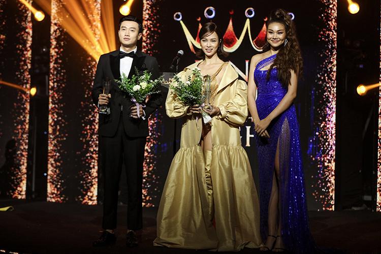 """Sau khi được vinh danh """"Ngôi sao Phim ảnh"""", diễn viễn Quốc Trường tiếp tục nhận thêm giải thưởng """"King and Queen of the night"""" cùng diễn viên Ngọc Anh do siêu mẫu Thanh Hằng công bố và trao tặng."""