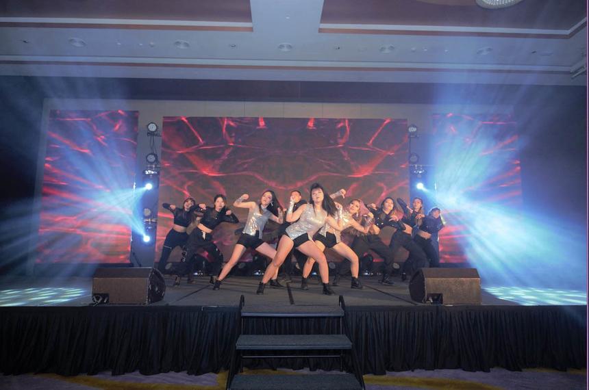 """Mở màn bữa tiệc tất niên nhà Trực tuyến là màn trình diễn nóng bỏng, đầy sôi động đến từ nhóm nhảy BAAT - quán quân cuộc thi """"Kpop Dance For Youth"""" do báo VnExpress tổ chức cuối năm 2019. Với vũ đạo máu lửa, trang phục ấn tượng cùng giai điệu cuốn hút của bản mashup các ca khúc từ Blackpink, BAAT đã thực sự hâm nóng và khuấy động không khí của đêm tiệc."""
