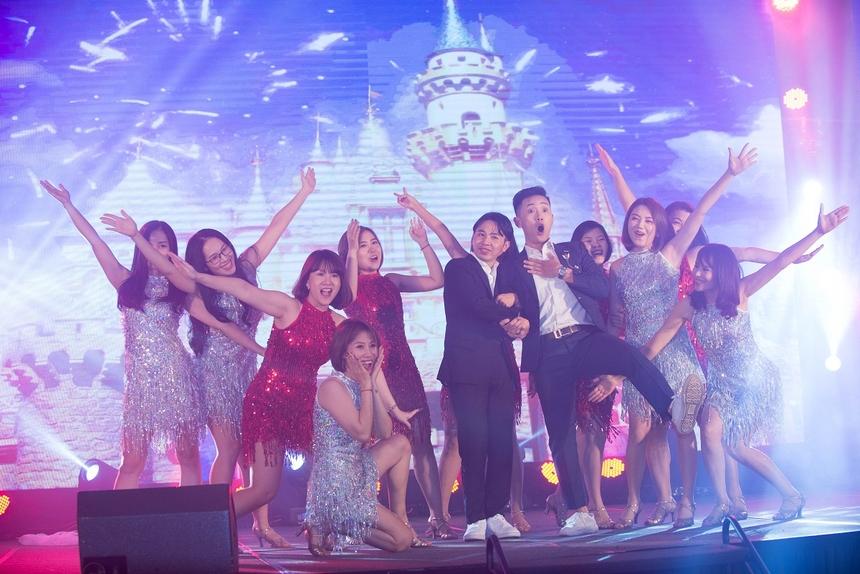 """Với vũ đạo công phu, trang phục bắt mắt, The First đã thực sự """"náo loạn"""" đêm tiệc tất niên. Nhiều người FPT Online đã đứng dậy, không ngừng nhún nhảy, lắc lư theo điệu nhạc và cổ vũ đội thi ấn tượng này."""