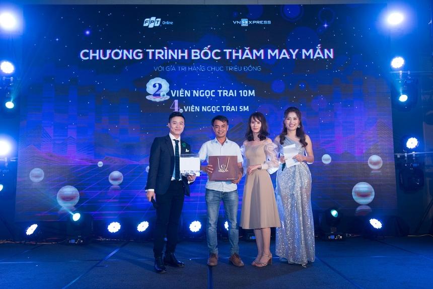 Trước khi đến phần công bố đội thi vô địch Đêm nhạc hội VnE là phần Bốc thăm trúng thưởng. Theo đó, 6 người nhà Trực tuyến đã may mắn nhận được phần thưởng giá trị là một viên ngọc trai từ BTC.