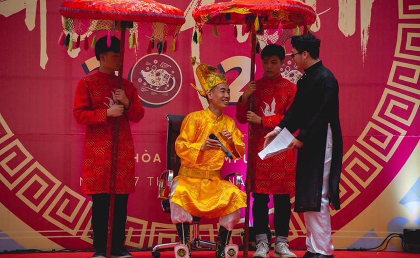 Đây là lần đầu tiên chương trình hội Xuân được tổ chức tại campus quận Ngũ Hành Sơn, TP Đà Nẵng. Hình ảnh Ngọc Hoàng tham gia lễ hội tạo hứng thú cho người tham gia.