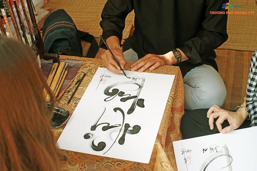 Không gian văn hóa ngày Tết còn mô phỏng các phong tục, tập quán đặc sắc của người Việt. Những câu thơ và hình ảnh ông đồ già ngồi bên cạnh hàng mực tàu nắn nót từng nét chữ cho người yêu chữ, cầu mong một năm mới bình an - hạnh phúc - thịnh vượng.