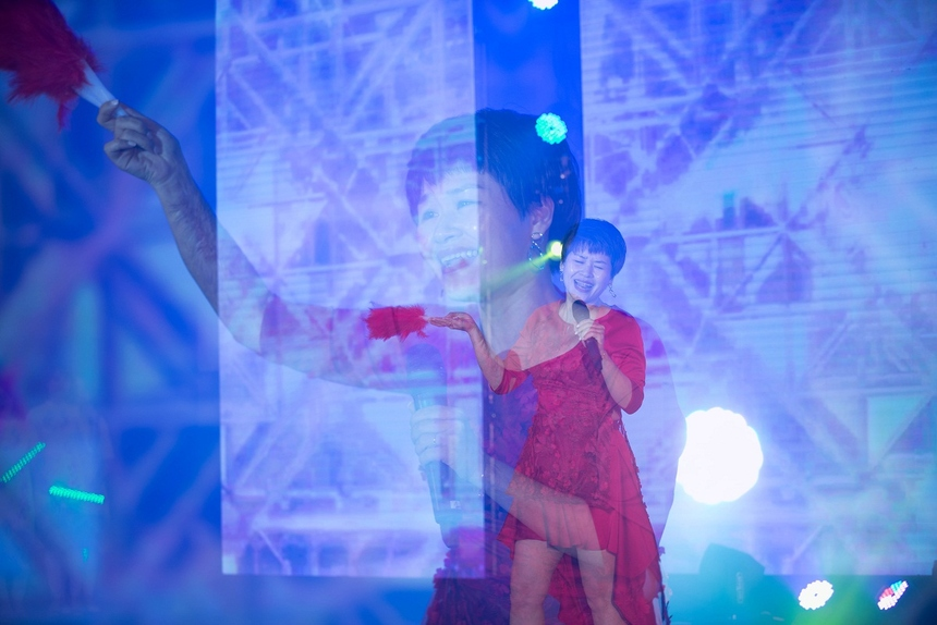 """Giọng ca nội lực, giàu cảm xúc của chị Khánh Ngọc đã làm """"tan chảy"""" mọi con tim trong hội trường."""
