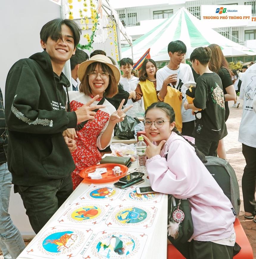 Hội Xuân 2020 còn tái hiện trò chơi lắc bầu cua tôm cá. Đây là một trò chơi dân gian phổ biến của người Việt, thường được chơi vào dịp Tết nguyên đán... Trò chơi không áp dụng hình thức thắng thua về vật chất, thay vào đó sự trải nghiệm và giao lưu.