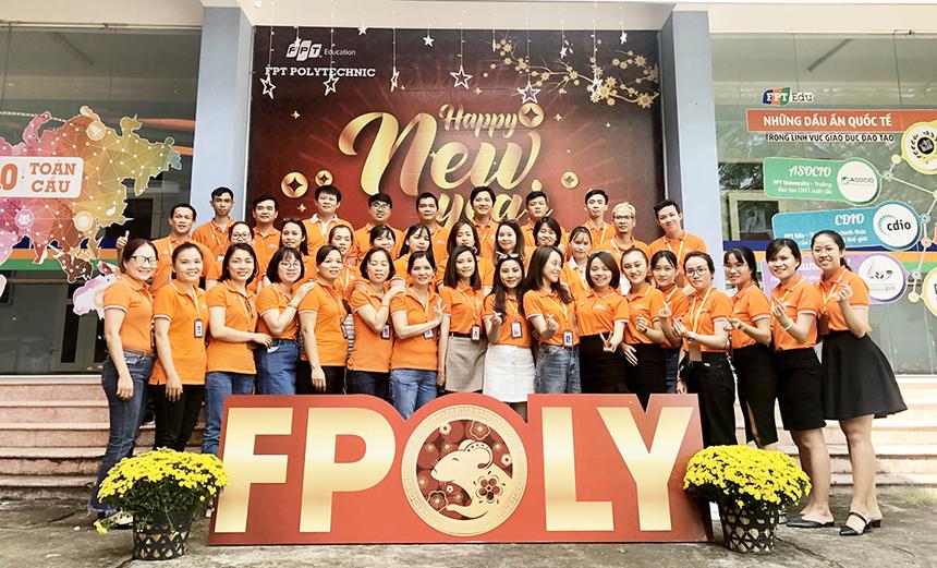 """Đội ngũ cán bộ, giảng viên FPT Polytechnic Đà Nẵng chụp hình lưu niệm và hô vang khẩu hiệu """"tăng trưởng"""" cho năm 2020."""
