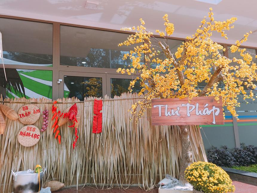 Hành lang được làm mới, khiến người đi như lạc vào một mùa xuân nguyên sơ với gian hàng ẩm thực và viết thư pháp.
