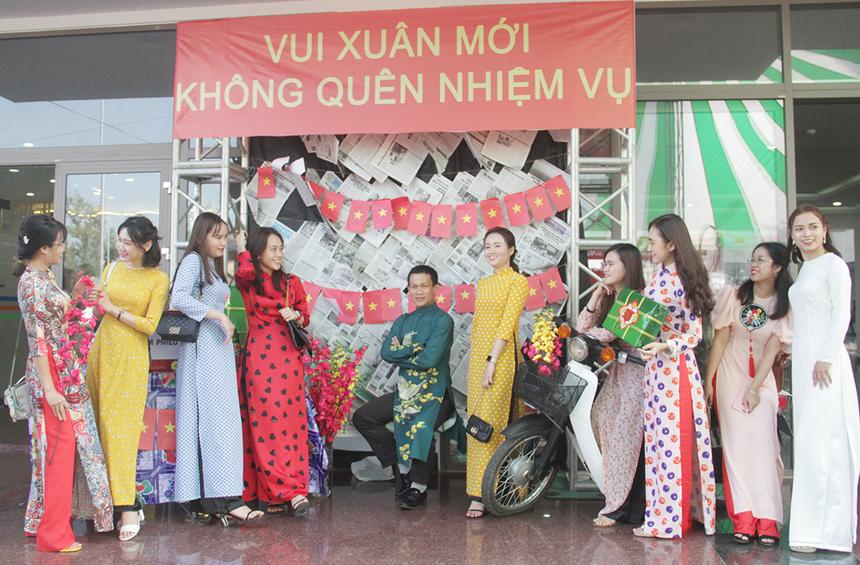 """""""Vui xuân mới không quên nhiệm vụ"""" là khẩu hiệu chung của hội làng nhà Giáo dục FPT miền Trung. Đội ngũ cán bộ FPT Polytechnic ghi lại khoảnh khắc đoàn tụ bên nhau."""