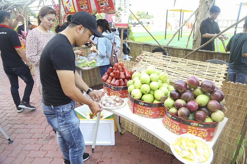 Các chàng trai cô gái FPT Retail trang trí lại gian hàng bán trái cây để chuẩn bị đón chào các vị khách nhà F.