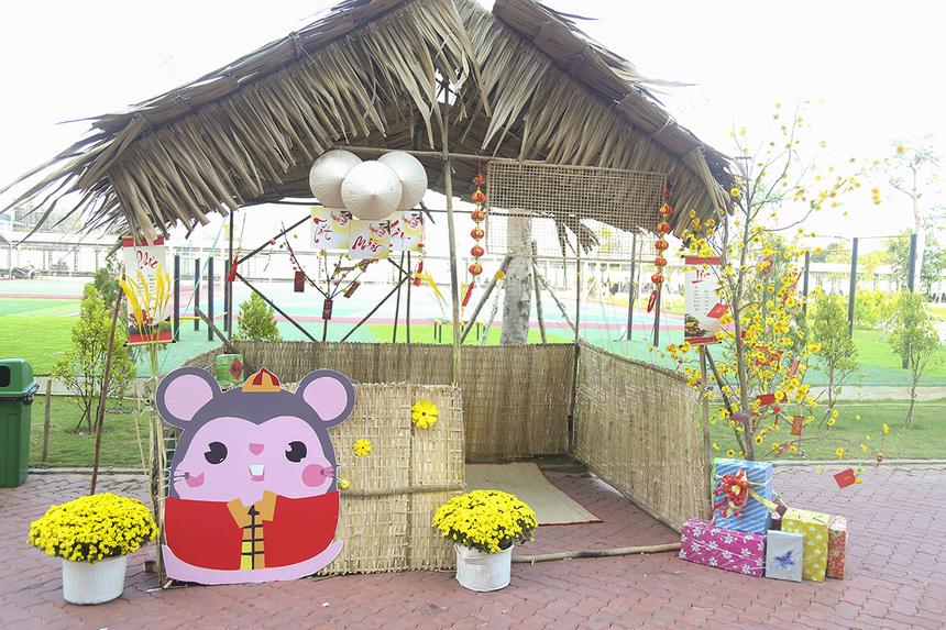 """Hoa mai, hoa cúc cùng chú chuột là hình ảnh đặc trưng của các gian hàng tại Hội làng Cần Thơ. Năm nay, Hội làng FPT được tổ chức ngay trước thềm Tết Nguyên Đán với chủ đề """"FTộc"""" mang những nét đặc trưng truyền thống dân tộc."""