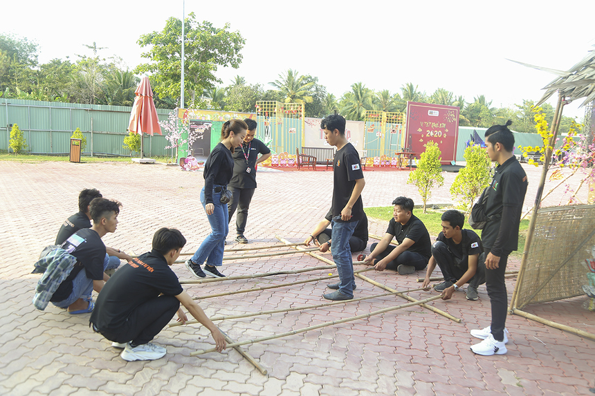 Đội hậu cần cũng hối hả tập luyện nhảy sạp để chuẩn bị đón những thành viên nhà F Miền Tây đến tham gia.