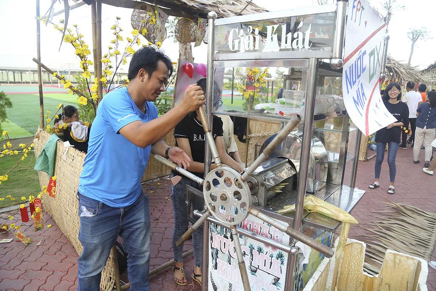 Hội làng nhà F miền Tây sôi động với những trò chơi dân gian và ẩm thực truyền thống của các đơn vị. FPT Software gây ấn tượng khi mang chiếc máy xay nước mía dùng sức kéo thay vì dùng điện để phục vụ nước uống miễn phí cho mọi người đến tham gia trò chơi phóng phi tiêu.