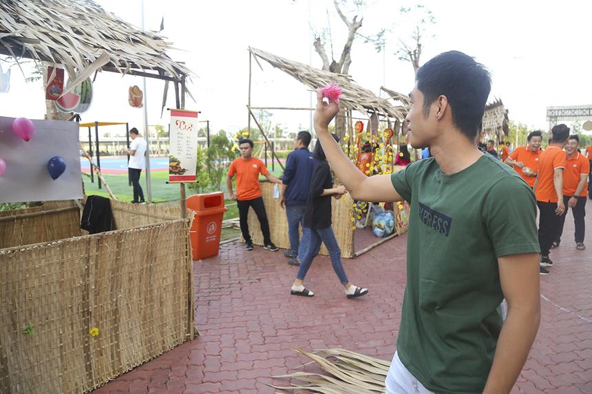 Các khách tham quan khi tham gia trò chơi phóng phi tiêu nếu làm nổ quả bong bóng ở cự ly 4m sẽ được thưởng 1 ly nước mía. Trò chơi đã thu hút rất đông các thành viên nhà F đến thử may mắn.