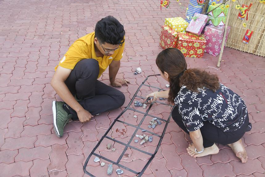 Ở gian hàng của FPT IS, ngoài việc phục vụ món gói cuốn cho người FPT, CBNV nhà Hệ thống còn tổ chức trò chơi ô ăn quan để mọi người cùng thử sức tranh tài, sống lại thời thơ ấu của mình.