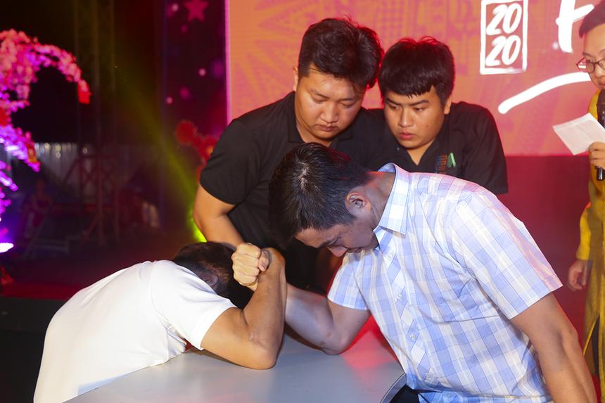 Các trận đấu tứ kết, bán kết và chung kết của nội dung vật tay nam được tổ chức ngay trước đêm văn nghệ mừng xuân, trước sự chứng kiến của đông đảo người FPT miền Tây.