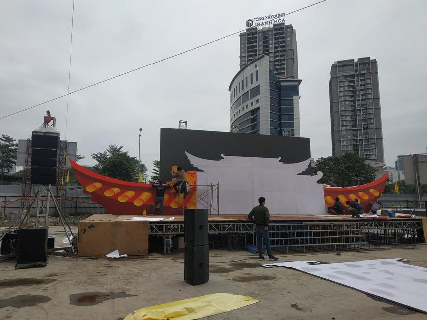 Từ đêm hôm trước, cổng làng và phần sân khấu đã được trang trí. Hiện phần khó nhất là tạo khung nhôm thép đã được hoàn thiện. BTC còn dán hình trang trí để tạo không khí tết của Hội làng.