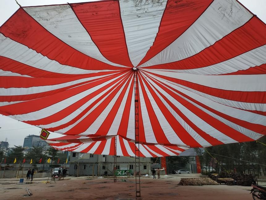 BTC chuẩn bị 2 tấm bạt cỡ lớn để giúp người tham dự tránh mưa gió ngoài công trường.