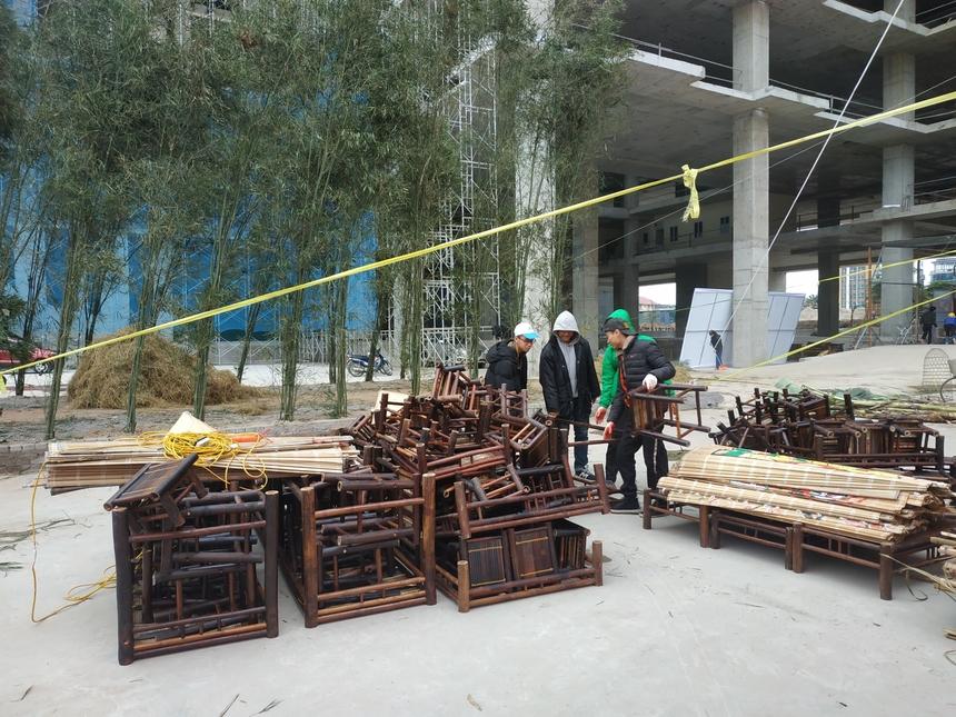 Ngoài hàng tre, những bộ bàn ghế từ tre cũng được chuẩn bị phục vụ người F.