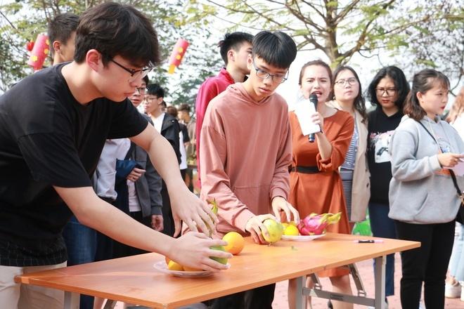 """Chương trình thường niên """"Lạt mềm buộc chặt yêu thương"""" được tổ chức với nhiều hoạt động tái hiện khung cảnh Tết xưa của người Việt như hội chợ Tết, gói bánh chưng, làm mâm cỗ tiễn ông Công ông Táo về trời, thả cá chép..."""