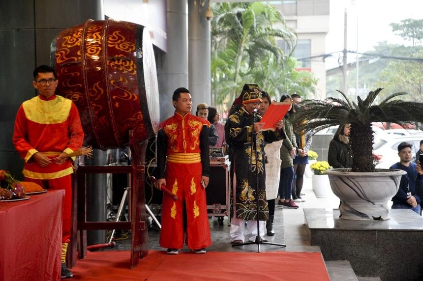 """Nhạc sĩ FPT - anh Trương Qúy Hải, Ban Văn hóa Đoàn thể (trang phục truyền thống màu đen) là người dẫn tế của buổi lễ. Anh báo cáo tình hình kinh doanh của tập đoàn trong năm Kỷ Hợi và cầu cho năm mới sẽ thêm nhiều phát triển rực rỡ, """"tăng trưởng nở hoa""""."""