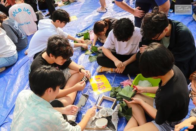 Sau cuộc thi dọn nhà, học sinh quây quần gói bánh chưng Tết. Với nhiều em, đây là lần đầu tiên họ có cơ hội tự tay làm ra những chiếc bánh.