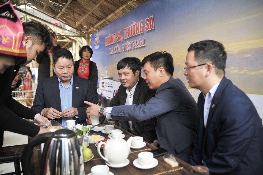 Lãnh đạo nhà F ăn bánh, thưởng trà tại gian hàng đậm mùi gió biển của FPT Online và FPT Software.