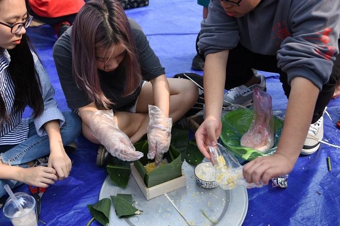 BTC đã chuẩn bị sẵn các nguyên vật liệu: lá dong, đậu xanh, thịt lợn, nếp... Với nhiều em học sinh đây là lần đầu thử sức với việc gói bánh chưng.